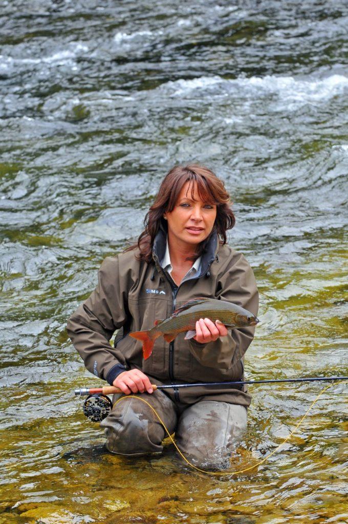 Mirjana Pavlic mit Äsche beim Fliegenfischen